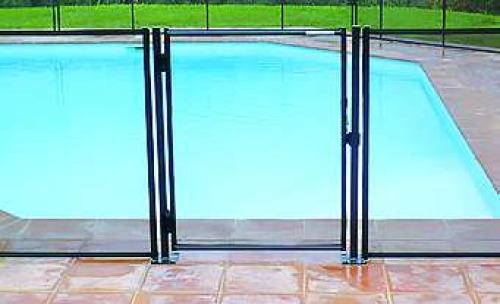 Portillon automatique sur barrière de sécurité piscine