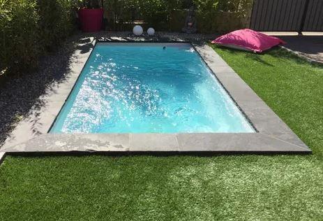 Starlite avec margelles et pelouse synthéthique